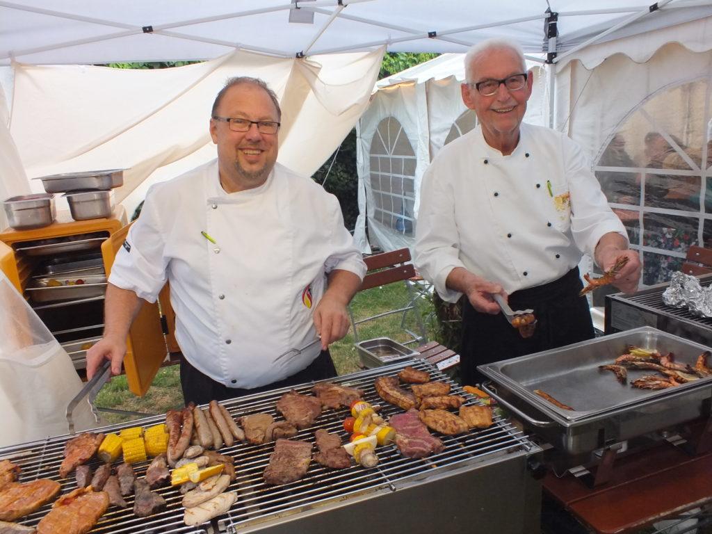 Beim traditionellen Grillabend im Sonnhof-Partyzelt zelebrierten  Sonnenhof-Chef Udo Hagel( links) und Grillmeister Wolfgang  und  Grillmeister Udo (links) undf Woilfgang  Seidel wieder köstliche Fisch- und Fleischspezialitäten zu diversen Salaten