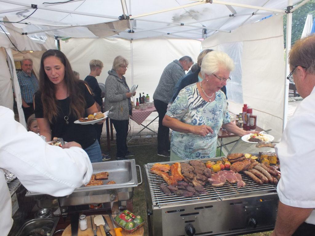 Beim familiären Grillabend genossen  dile etwa 30 Gäste  die Schmankerl  im kleinen Grill-Nebenzelt.